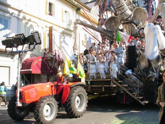 """Carnevale: i trattori """"tirano"""" Monti e Grillo, accade solo al carnevale di Viareggio"""