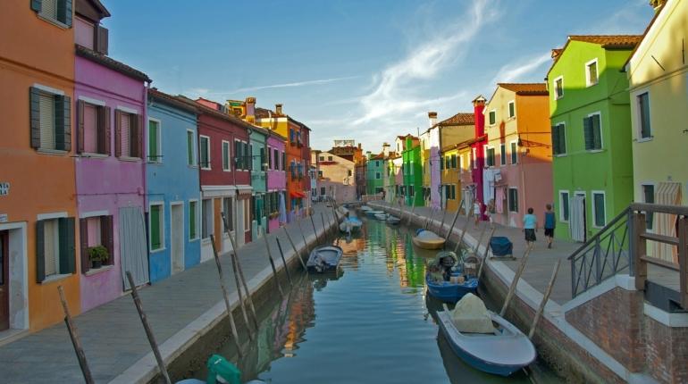 L'isola di Burano: gondole, merletti e case colorate