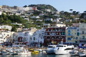 visitare-capri-isola-turistica-incontaminata-4-300x199 Visitare Capri: isola turistica incontaminata 3